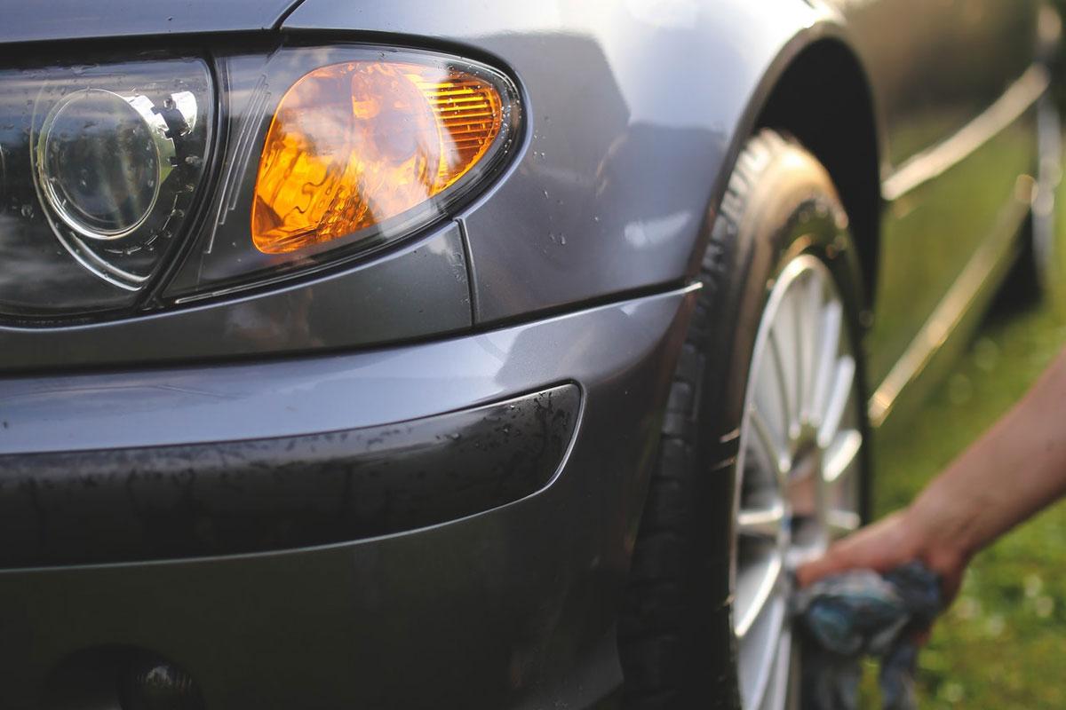 Radwäsche bei der Autopflege