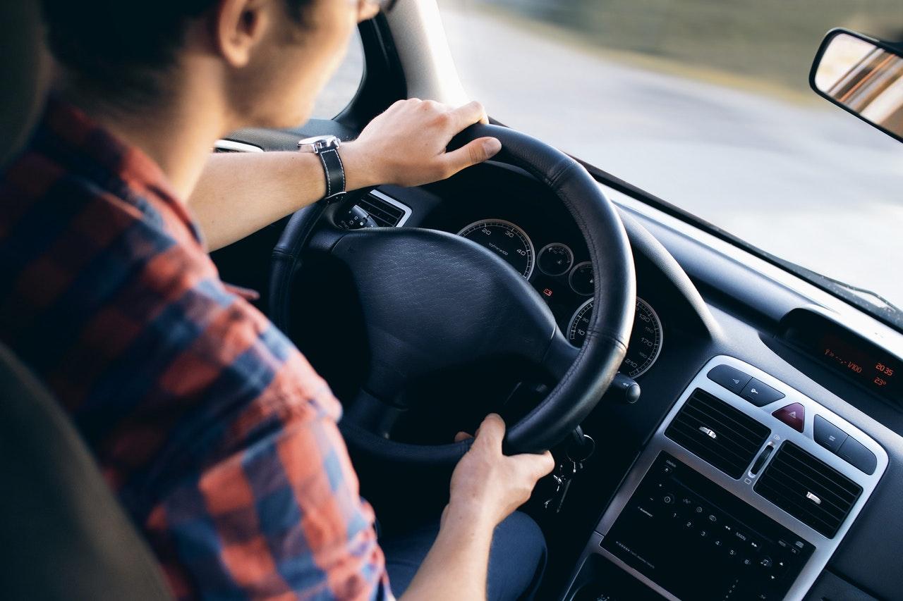Autofahrer und Armaturenbrett im Fahrzeug